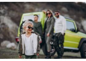 年轻的现代家庭开车旅行停下来在公园散步_6214069