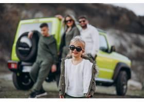 年轻的现代家庭开车旅行停下来在公园散步_6214070