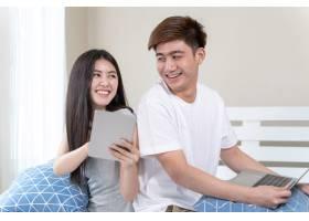年轻美女用智能手机聊天帅哥开心地用笔记_5389037