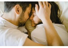 幸福的夫妻在床上拥抱_5697647