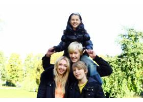 幸福的家庭在公园里玩得开心_6286005