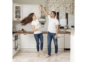 幸福的情侣在厨房跳舞_6363771
