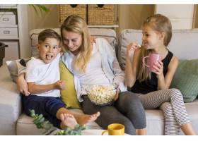 快乐的孩子和她的妈妈吃爆米花_6321737