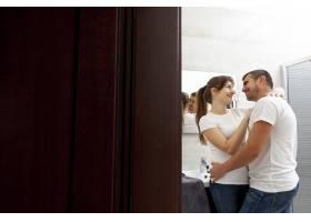 微笑的情侣在浴室拥抱_6363723