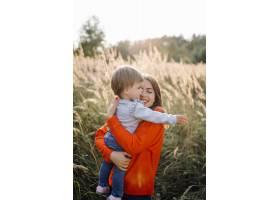 快乐的家庭在户外共度时光_5603961