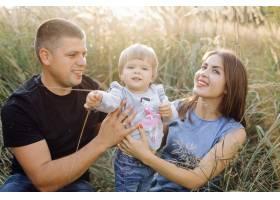 快乐的家庭在户外共度时光_5603970
