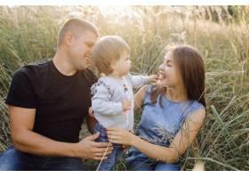 快乐的家庭在户外共度时光_5603971