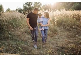 快乐的家庭在户外共度时光_5603976