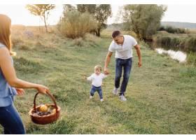 快乐的家庭在户外共度时光_5603991