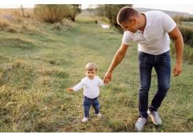 快乐的家庭在户外共度时光_5603992