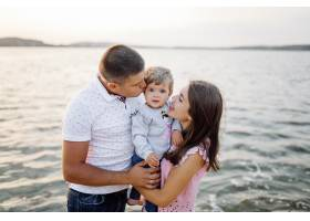 快乐的家庭在户外共度时光_5603999