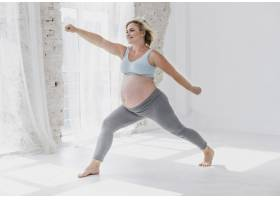 希望渺茫的漂亮孕妇正在做瑜伽_5594273