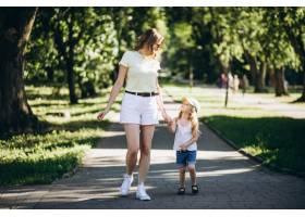带着小女儿在公园散步的年轻女子_5495935