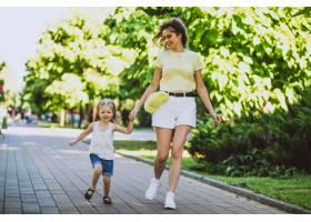 带着小女儿在公园散步的年轻女子_5495956