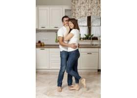 年轻可爱的夫妇在厨房拥抱_6363706