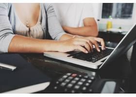在家中用笔记本电脑工作的面目全非的女子和_5838999
