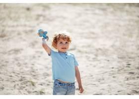 在沙滩上玩耍的可爱的小孩子_5251357