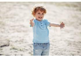 在沙滩上玩耍的可爱的小孩子_5251358