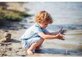 在沙滩上玩耍的可爱的小孩子_5251361