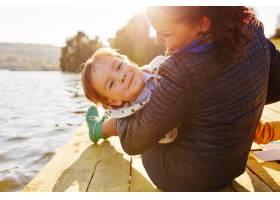 妈妈和儿子在湖边玩耍_6230632
