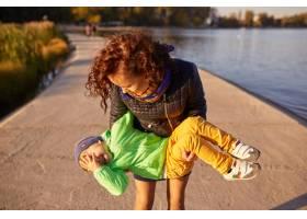 妈妈和儿子在湖边玩耍_6230660