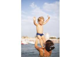 奶奶和孙子在海上玩耍_5618627