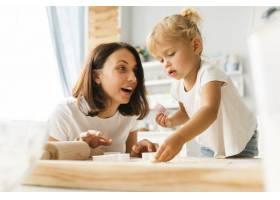 好奇的女儿和快乐的母亲在准备饼干_5918647