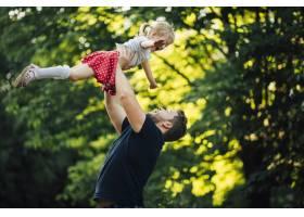 父女俩在公园里玩耍_4961074