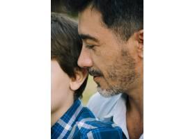 父子俩一起在户外_4092941