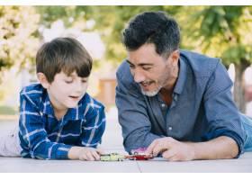 父子俩一起在户外_4092947