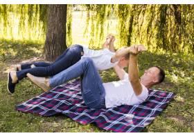 父子俩在野餐毯上玩耍_5149478