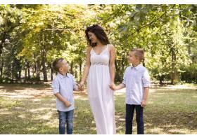 母亲和她的儿子们在公园散步_5149468