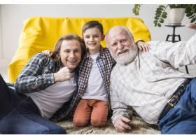 欢快可爱的儿子拥抱爸爸和爷爷_4370880