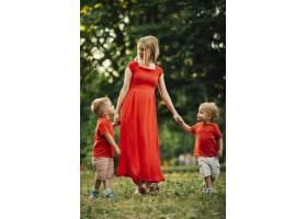 母亲和孩子们在公园里玩耍_4961136