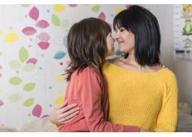 母亲和小女儿拥抱在一起_3991165