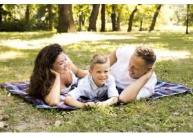 母亲和父亲花时间陪他们的儿子_5149443