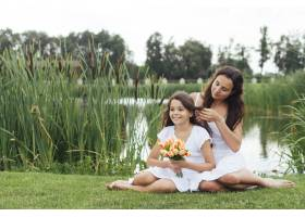 母亲在湖边给女儿编辫子_4962106