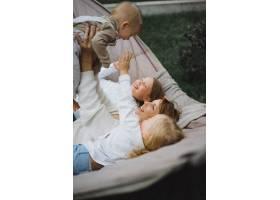 母亲带着孩子们在吊床上玩耍妈妈和孩子们_4175027