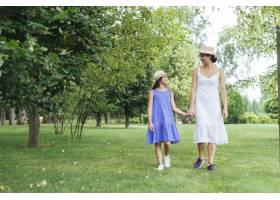 母女俩一起在户外散步_4962280