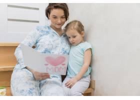 母女俩在家中一起看贺卡的前景_4040636