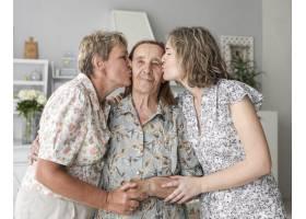 母女俩在家中亲吻奶奶_5061075