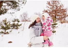 幸福的母婴微笑着拥抱着_4564609