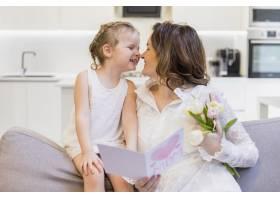 幸福的母女俩在家里玩得开心_4040506