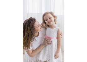 幸福的母女在家中的特写_4048431