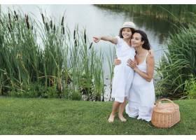 幸福的母女在湖边摆姿势_4962092