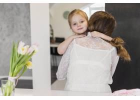 女儿在家中拥抱母亲的肖像_4056981
