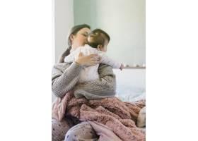 妈妈抱着可爱的宝宝_4142158