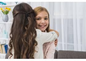 一个微笑的女孩在家里拥抱她的朋友的肖像_4105317