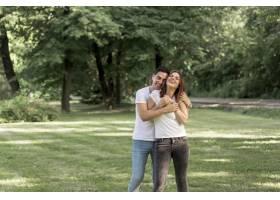 一名年轻人在公园里拥抱他的女朋友_5022726