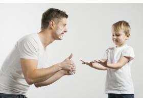 一名微笑的年轻人向他的儿子竖起大拇指用_4173786